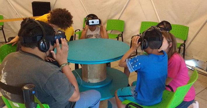 Niños y adultos con anteojos de realidad virtual