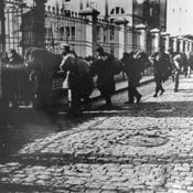 Inmigrantes entrando en el Hotel de Inmigrantes