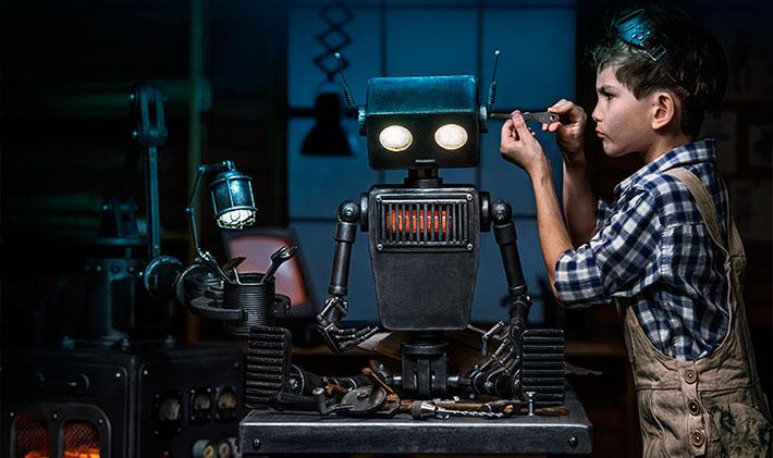 Niño construyendo un robot