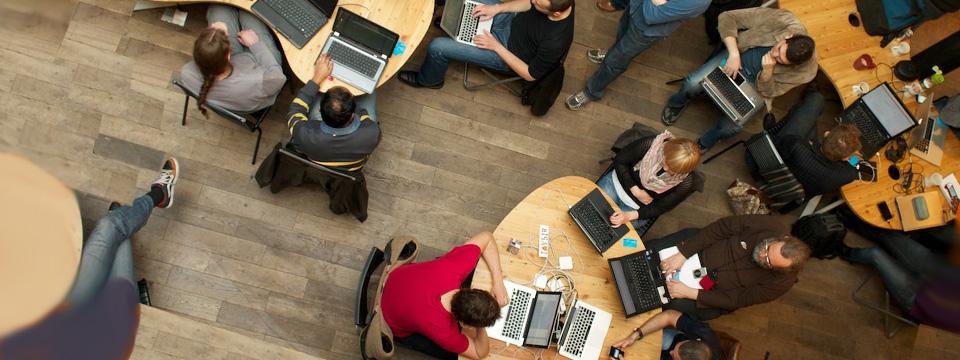 Personas sentadas frente a computadoras