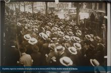 El público sigue los resultados en las pizarras de los diarios (1922)