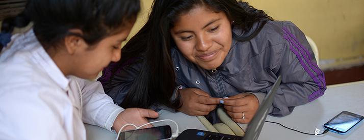 Dos alumnas con una computadora