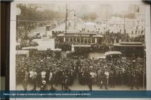Público sigue la votación frente al Congreso (1931)