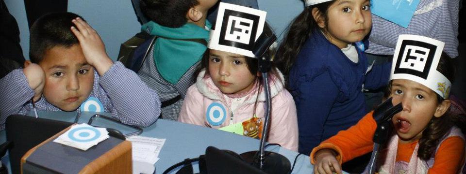 Niños pequeños con un código QR sujetado en la cabeza